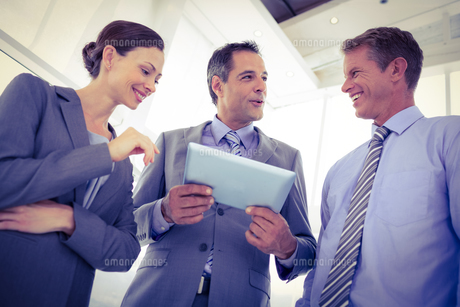Business team using tablet togetherの素材 [FYI00007661]