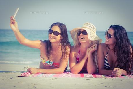 Friends in swimsuits taking a selfieの素材 [FYI00007851]