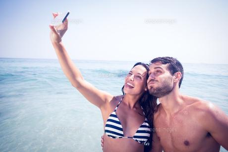 Happy couple taking a selfieの素材 [FYI00007856]