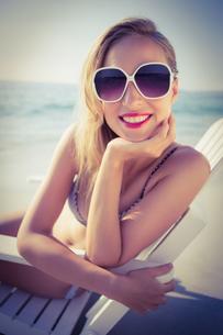 Stylish blonde on the beachの素材 [FYI00007870]