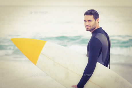 Man in wetsuit with a surfboard on a sunny dayの素材 [FYI00007910]