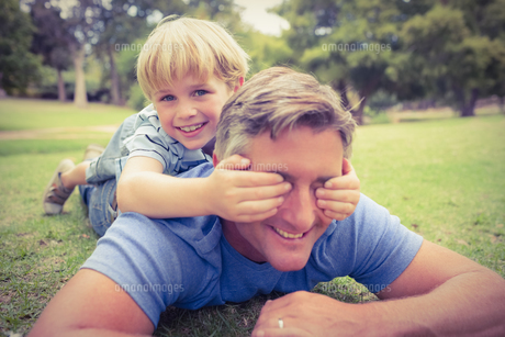 Happy father and his son smiling at cameraの素材 [FYI00007949]