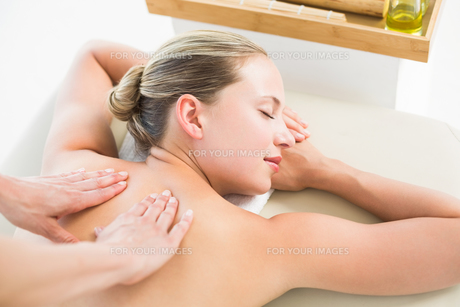 Woman enjoying a back massageの素材 [FYI00008195]