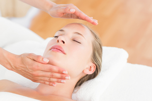 Calm woman receiving reiki treatmentの素材 [FYI00008208]
