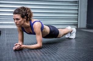 Muscular woman doing push-upsの素材 [FYI00009269]