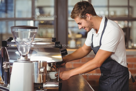 Handsome barista making a cup of coffeeの素材 [FYI00009639]