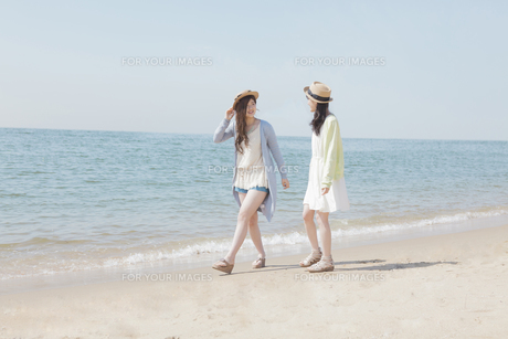 海辺で遊ぶ女の子たちの素材 [FYI00023850]