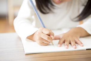 勉強をする女の子の素材 [FYI00024161]