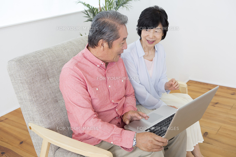 PCを操作する老夫婦の素材 [FYI00024162]