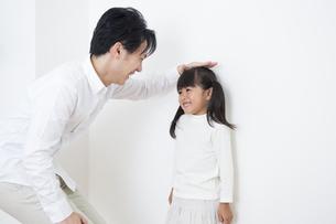 身長を測る親子の素材 [FYI00024166]