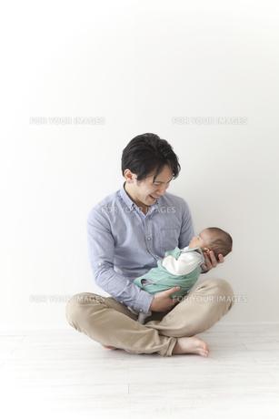 赤ちゃんをあやす男性の素材 [FYI00024287]