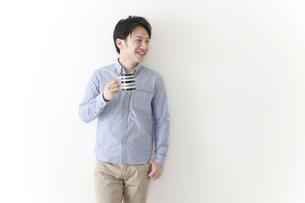 コーヒーを飲む男性の素材 [FYI00024314]
