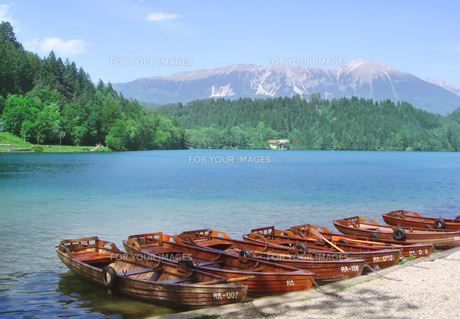 湖とボートの素材 [FYI00108930]