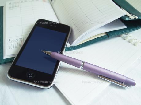 携帯電話のあるデスクの素材 [FYI00108956]
