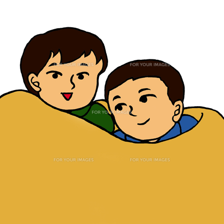 毛布に包まり身を寄せ合う小学生低学年くらいの男の子2人の素材 [FYI00112868]