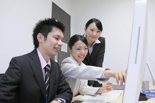 オフィスで働く女性新入社員と上司の素材 [FYI00118170]