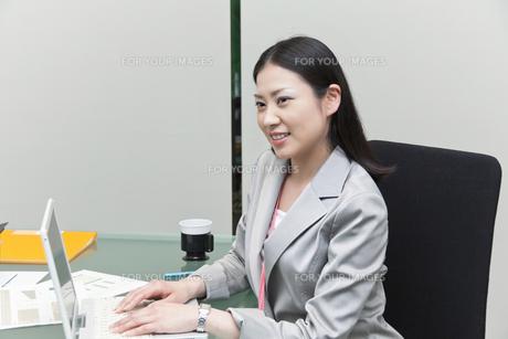 ノートパソコンで作業をするビジネスウーマンの素材 [FYI00119586]