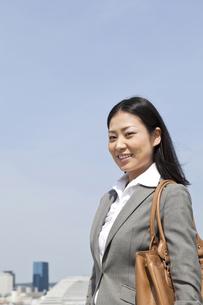 青空の下で微笑むビジネスウーマンの素材 [FYI00119598]