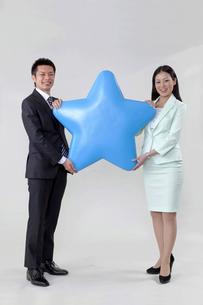 星を持つビジネスマンとビジネスウーマンの素材 [FYI00119606]