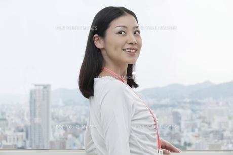 笑顔で振り返るビジネスウーマンの素材 [FYI00119613]
