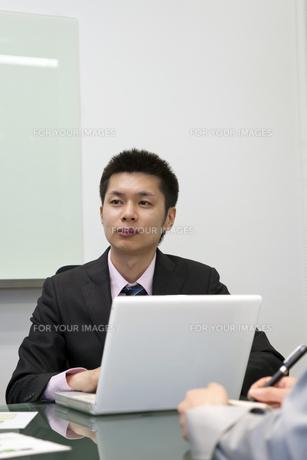話を聞くビジネスマンの素材 [FYI00119625]