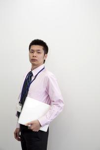 ノートパソコンを抱えるビジネスマンの素材 [FYI00119649]