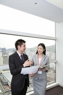 スケジュールを確認する上司と部下の素材 [FYI00119663]