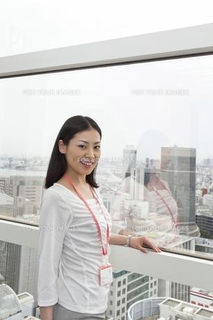 窓辺でたたずむビジネスウーマンの素材 [FYI00119687]