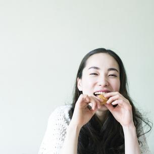 クッキーを食べる若い女性の素材 [FYI00143130]