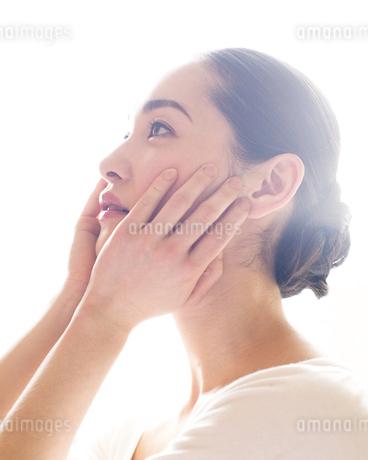 頬をなでる女性の素材 [FYI00143134]