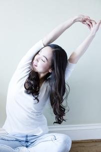 伸びをする日本人女性の素材 [FYI00143139]