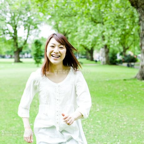 公園を歩く若い女性の素材 [FYI00143159]