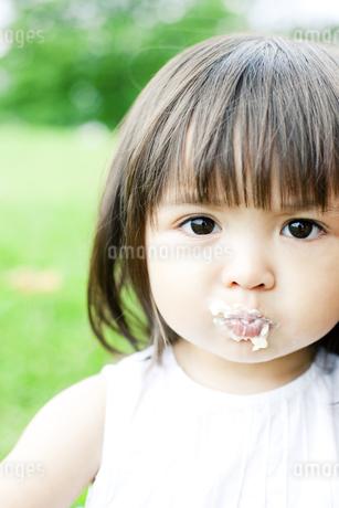 ケーキを食べる少女の素材 [FYI00143186]