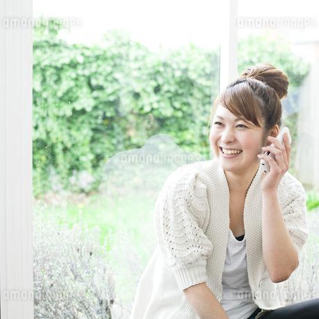電話する若い女性の素材 [FYI00143224]