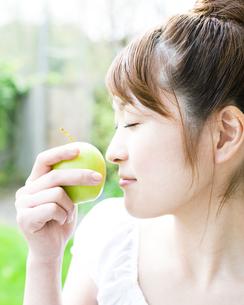 リンゴと若い女性の素材 [FYI00143245]