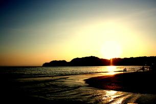 由比ヶ浜の夕日の素材 [FYI00180810]