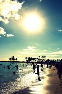 ワイキキビーチの太陽と人々のシルエットの素材 [FYI00180920]