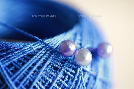 青いレース糸とパールのまち針(2)の素材 [FYI00278665]