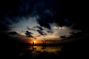 夕日と家族の素材 [FYI00336429]