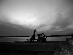 モノクロでスクーターの素材 [FYI00419358]