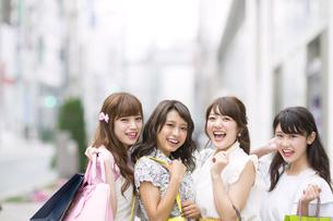 ショッピングを楽しむ女性4人の素材 [FYI00465726]