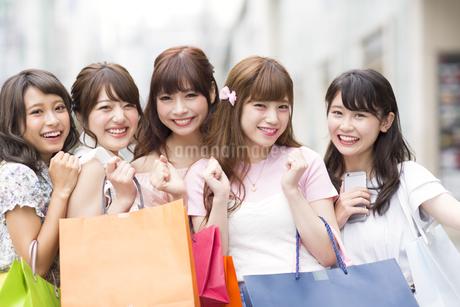 ショッピングを楽しむ女性5人の素材 [FYI00465738]