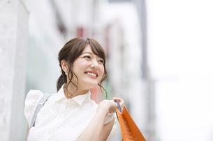 ショッピングを楽しむ女性の素材 [FYI00465745]