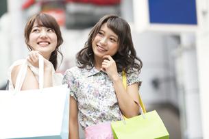 ショッピングを楽しむ女性2人の素材 [FYI00465748]