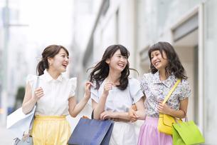 ショッピングを楽しむ女性3人の素材 [FYI00465754]