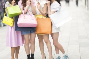 ショッピングバッグを持っている4人の女性の脚元の素材 [FYI00465764]