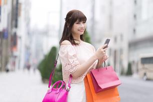 ショッピングを楽しむ女性の素材 [FYI00465765]