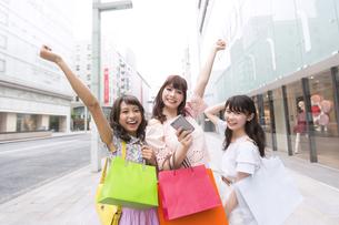 ショッピングを楽しむ女性3人のポートレートの素材 [FYI00465775]