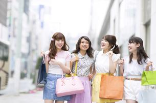 ショッピングを楽しむ女性4人の素材 [FYI00465778]