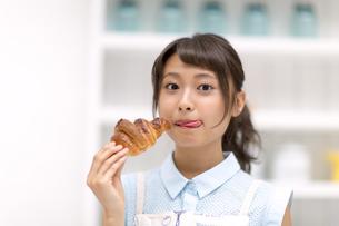 パンを食べる女性の素材 [FYI00465781]